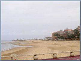 """Arcachon, """"Ville d'Eté"""", la plage du côté de la jetée d'Eyrac, en fond l'ancre de l'entrée du Port d'Arcachon (photo prise en février)"""