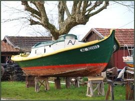 Pinasse en cale sèche, à vendre, au port ostréicole de La Teste de Buch (Bassin d'Arcachon)