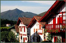 Ruelle et maisons basques avec La Rhune en toile de fond à Sare (Pays Basque français)
