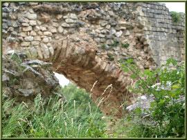 Aqueduc à Fontvielle dans les Alpilles (Bouches du Rhône), détail d'une arche