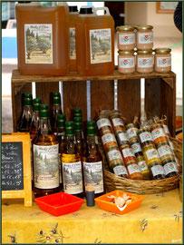 Marché de Provence, mardi matin à Vaison-la-Romaine, Haut Vaucluse (84), étal d'huile d'olive et tapenades