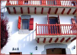 Façade d'une maison avec bar à Uzdazubi-Urdax (Pays Basque espagnol)