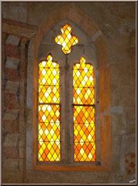 Eglise St Michel du Vieux Lugo à Lugos (Gironde) : vitrail côté droit de l'autel