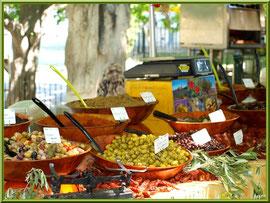 Marché de Provence un vendredi matin à Lourmarin, Lubéron (84), étal olives et tapenades