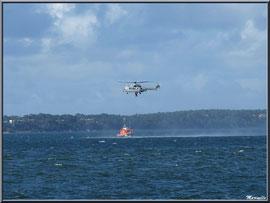 Exercice d'hélitroyage par les sauveteurs en mer au large d'Arcachon, Bassin d'Arcachon (33)