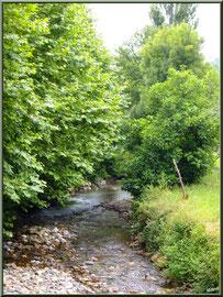 Ruisseau coulant sous un pont à Uzdazubi-Urdax (Pays Basque espagnol)