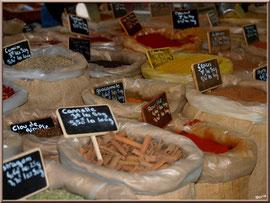 Marché de Provence, lundi matin à Bédoin, Haut Vaucluse (84), étal épices et aromates