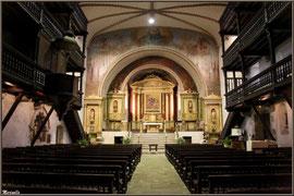 L'église Saint-Martin de Sare, intérieur avec sa chaire surélevée (Pays Basque français)