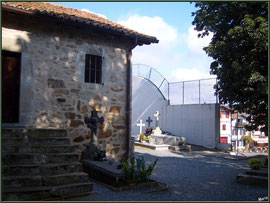 Aïnoha : le cimetière contre l'église (Pays Basque français)