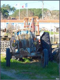 Tracteur abandonné sur un quai au port ostréicole d'Andernos-les-Bains (Bassin d'Arcachon)