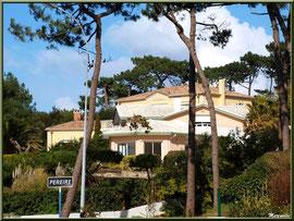 Une des belles villas en façade du front de mer de la plage Péreire à Arcachon, Bassin d'Arcachon (33)