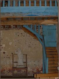Eglise St Michel du Vieux Lugo à Lugos (Gironde) : la statue de St Jacques de Compostelle, le balcon et l'escalier menant au clocher