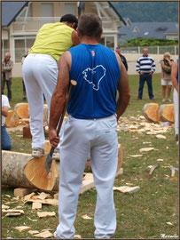 Démonstration de coupes de bois par les bûcherons à la Fête au Fromage, Hera deu Hromatge, à Laruns en Vallée d'Ossau (64)