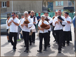 La Fête au Fromage, Hera deu Hromatge, bat son plein à Laruns en Vallée d'Ossau (64) : musiciens aux instruments à vent
