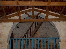 Eglise St Michel du Vieux Lugo à Lugos (Gironde) : le balcon et l'escalier menant au clocher