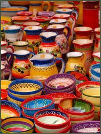 Marché de Provence, mardi matin à Vaison-la-Romaine, Haut Vaucluse (84), étal de céramiques du Crestet