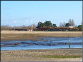 Chenal d'entrée au port et la plage (à marée basse)