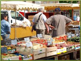 Marché de Provence, mardi matin à Gordes, Lubéron (84), étal de fruits et légumes