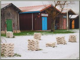 Cabanes et tuiles en habit neigeux