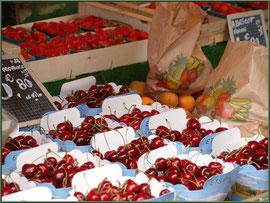 Marché de Provence, mardi matin à Vaison-la-Romaine, Haut Vaucluse (84), étal de cerises, fraises et abricots