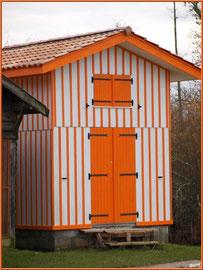 Cabane orange au port de Biganos (Bassin d'Arcachon)