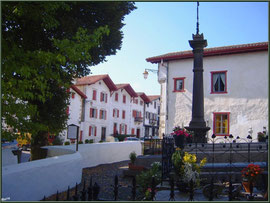 Aïnoha : le cimetière au coeur du village (Pays Basque français)