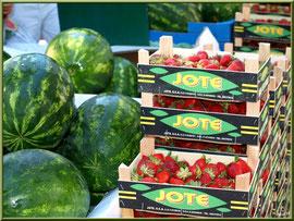 Marché de Provence, samedi matin à Arles (13), étal de fruits