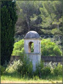 Vestige romain en bordure de route dans les Alpilles (Bouches du Rhône)
