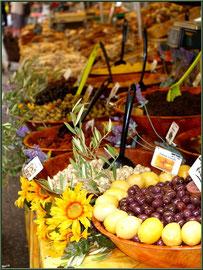 Marché de Provence, mardi matin à Vaison-la-Romaine, Haut Vaucluse (84), étal d'olives, tapenades, ails et citrons confits