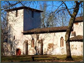 Eglise St Michel du Vieux Lugo à Lugos (Gironde) : façade Sud, l'entrée et le clocher