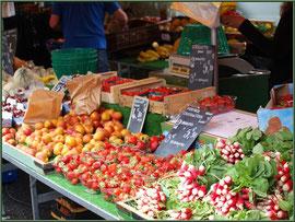 Marché de Provence, mardi matin à Vaison-la-Romaine, Haut Vaucluse (84), étal de fruits et légumes