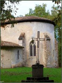 Eglise St Michel du Vieux Lugo à Lugos (Gironde) : façade Sud, le choeur et la croix dans la clairière