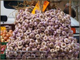 Marché de Provence, mercredi matin à Malaucène, Haut Vaucluse (84), étal d'ail de provence