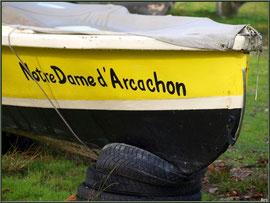 """Pinassote """"Notre Dame d'Arcachon"""", en cale sèche, Pinasse au mouillage au port ostréicole de La Teste de Buch (Bassin d'Arcachon)"""