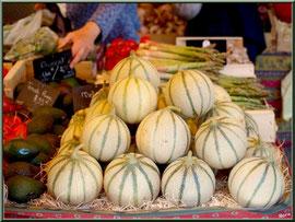 Marché de Provence, lundi matin à Bédoin, Haut Vaucluse (84), étal de melons et légumes