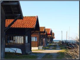 Le port et quelques cabanes