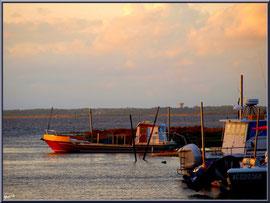 Dernier rayon du soleil à l'entrée du port