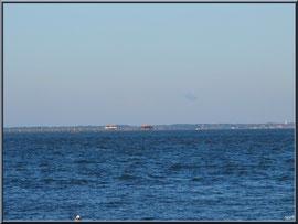"""Le Bassin et les Cabanes Tchanquées de l'Ile aux Oiseaux, vue depuis le front de mer de la """"Ville d'Eté"""" à Arcachon"""