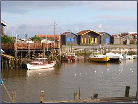 Port de Larros : cabanes, bateaux et mouettes