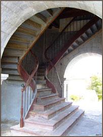 Aïnoha : l'église Notre Dame de l'Assomption, escalier extérieur d'accès aux balcons (Pays Basque français)