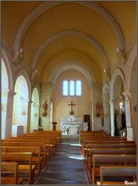 La nef et l'autel de l'église Saint Laurent au village d'Eygalières dans les Alpilles (Bouches du Rhône)