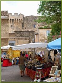 Marché de Provence, mardi matin à Gordes, Lubéron (84), marchands en tout genre