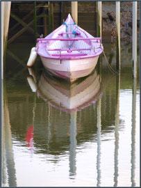 Pinassote à quai et reflets au port ostréicole de La Teste de Buch (Bassin d'Arcachon)