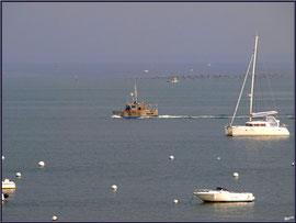 """Arcachon, """"Ville d'Automne"""", au matin, chalutier partant en mer et d'autres bateaux sur le Bassin"""