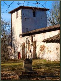 Eglise St Michel du Vieux Lugo à Lugos (Gironde) : la croix dans la clairière, façade Sud et le clocher