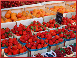 Marché de Provence, lundi matin à Bédoin, Haut Vaucluse (84), étal de fruits