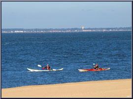 """Arcachon, """"Ville d'Eté"""", canoës sur le Bassin et en bord de plage (photo prise en février)"""