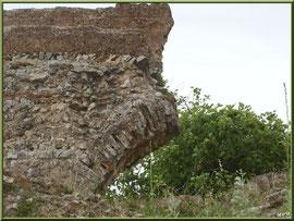 Aqueduc à Fontvielle dans les Alpilles (Bouches du Rhône), vestiges d'une arche