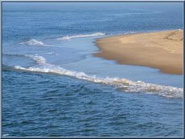 Vaguelettes mourantes sur la plage du Moulleau à Arcachon