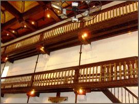 Aïnoha : l'église Notre Dame de l'Assomption, détail des balcons latéraux (Pays Basque français)